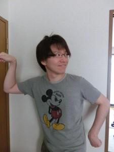 ミッキーTシャツでポーズ