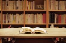 本棚と開いた本
